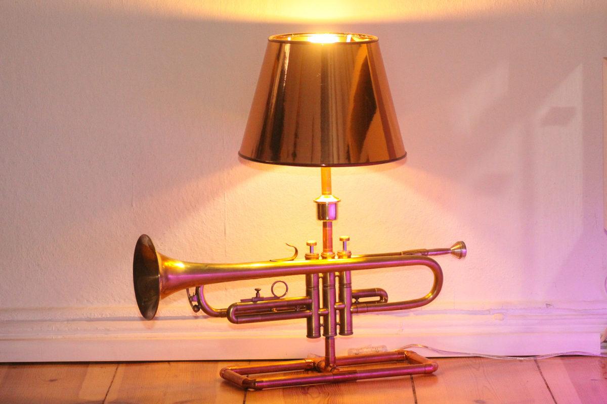 Trompetenlampe Tischleuchte Messing Kupfer Design Berlin Eingeschaltet