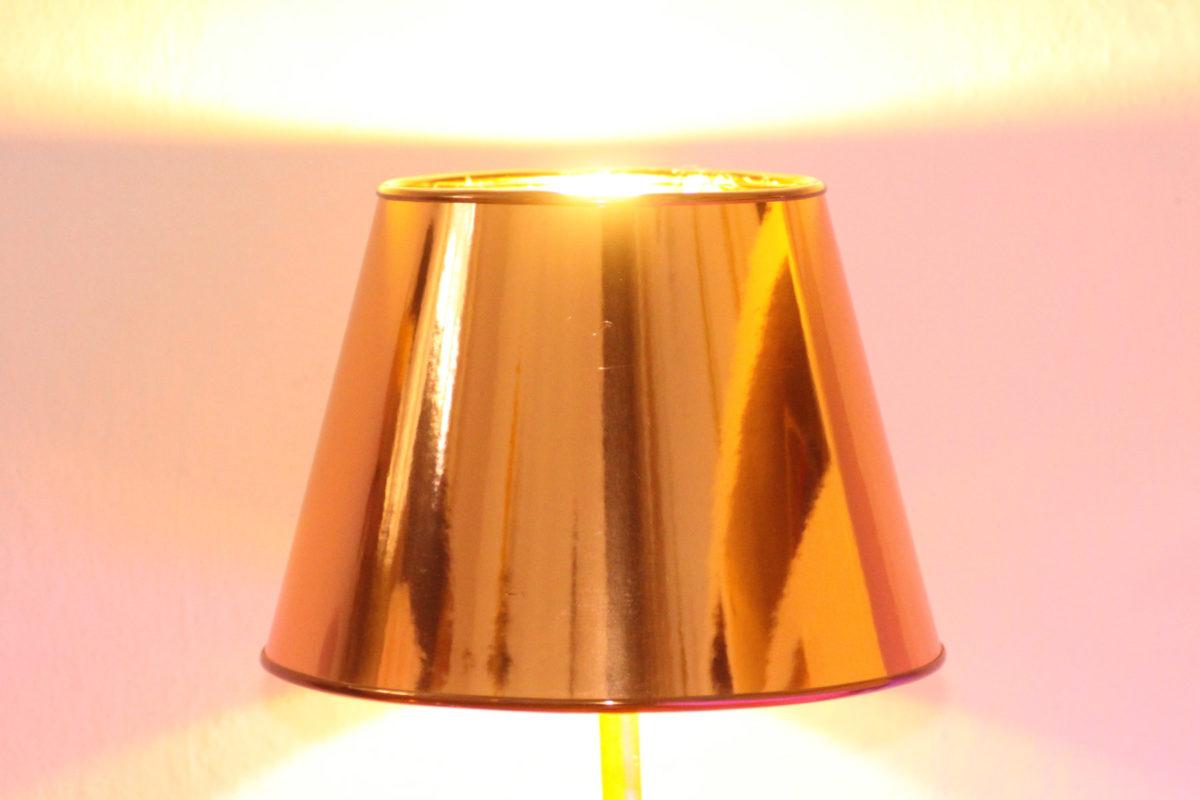 Trompetenlampe Tischleuchte Messing Kupfer Design Berlin Lampenschirm Eingeschaltet