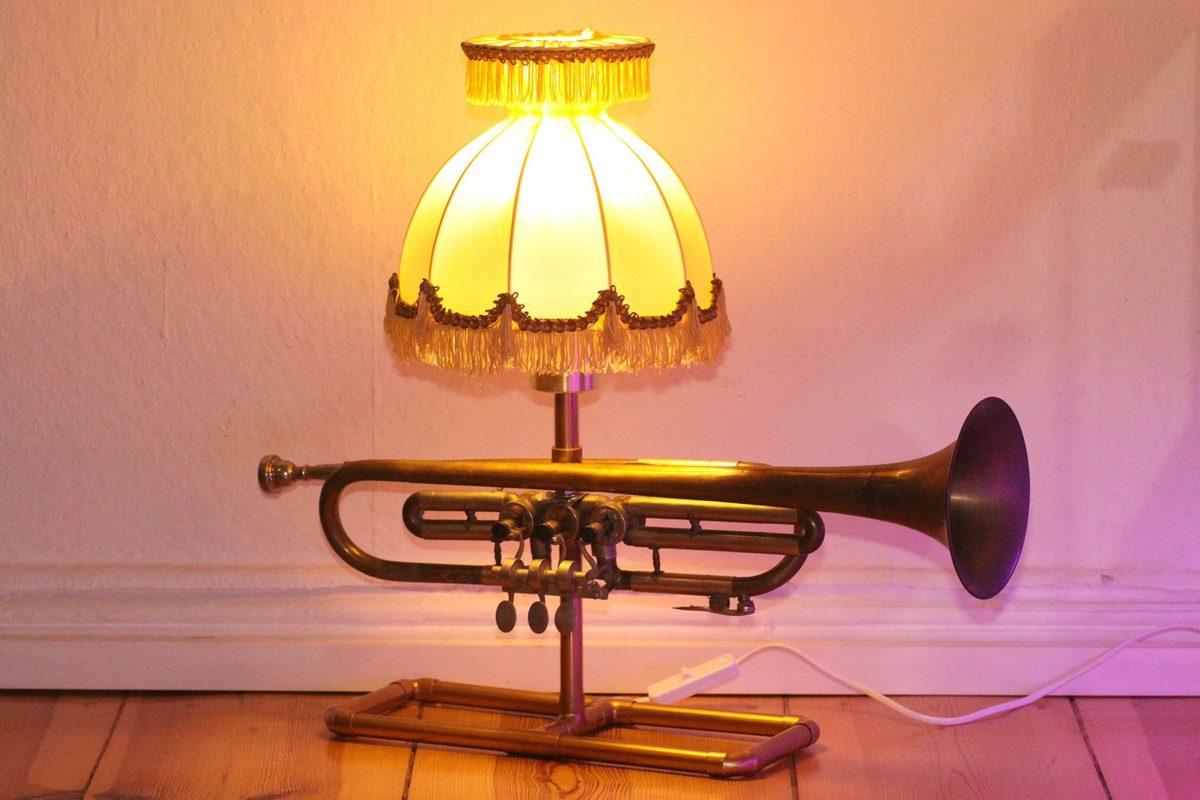 Trompetenlampe Tischleuchte Messing Kupfer Vintage Berlin 23A_01 Eingeschaltet