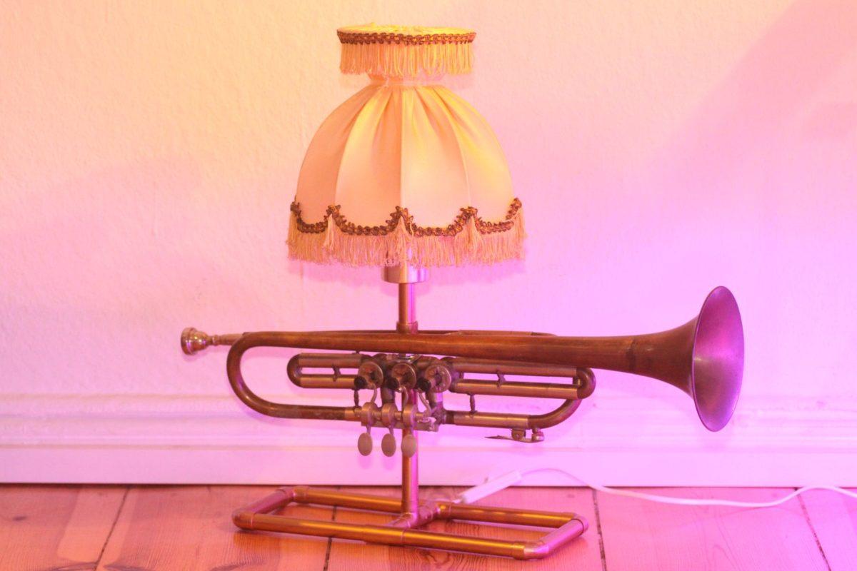 Trompetenlampe Tischleuchte Messing Kupfer Vintage Berlin 23A_02 Ausgeschaltet
