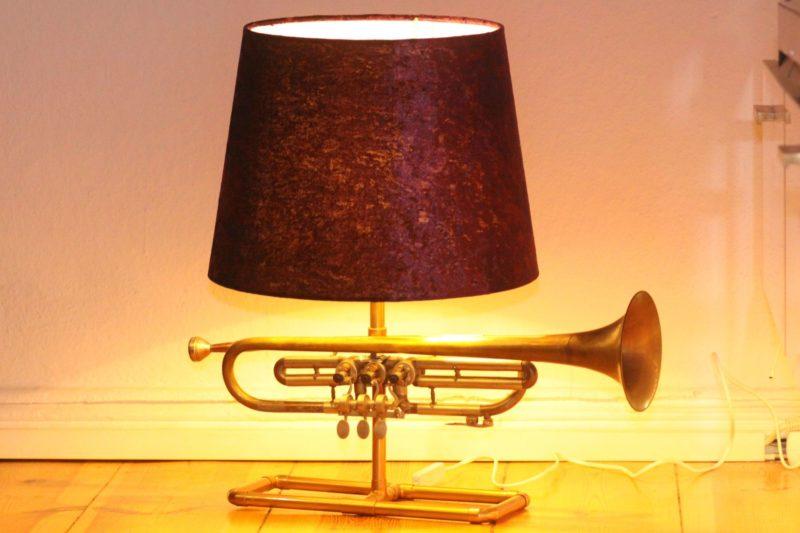 Trompetenlampe Samt Violett 23E Eingeschaltet